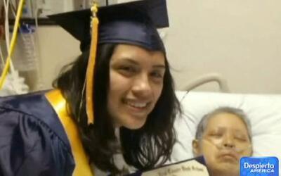 Emotiva graduación de una hija para su madre moribunda