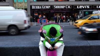 Este hombre trabaja disfrazado por algunas propinas en Times Square.