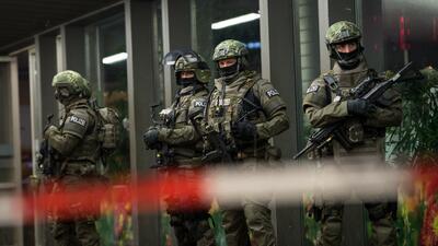 Elementos de la policía especial alemana vigilan la principal estación d...