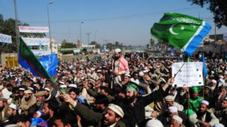 Una multitud estimada en más de 10,000 islamistas, protestó en las calle...