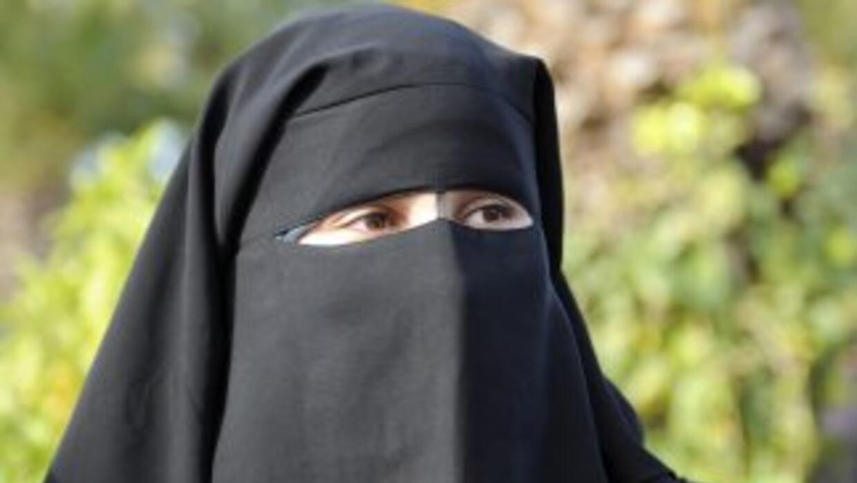 El niqab es un velo que sólo deja al descubierto los ojos de las mujeres...