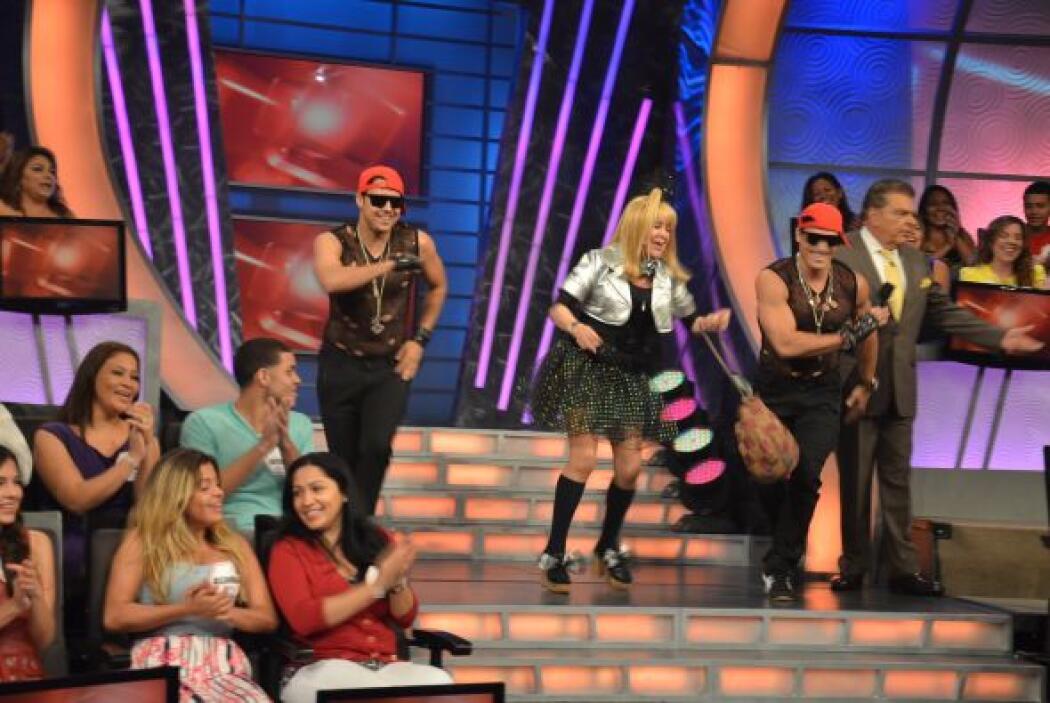 La Cuatro también llegó a Sábado Gigante, y esta vez traía bailarines ac...