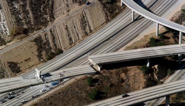 Cruce de las autopistas 5 y 14 tras el terremoto de Northridge en 1994