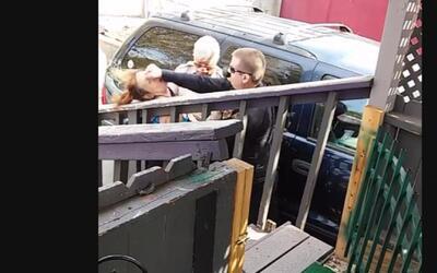 En video: un policía de Arizona le da un puñetazo a una mujer