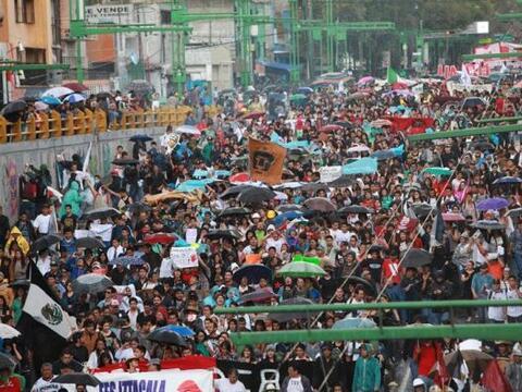 Miles de estudiantes marcharon en varias ciudades de México para...