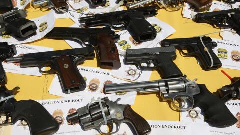 Armas decomisadas en un operativo policiaco en Los Ángeles, Calif...