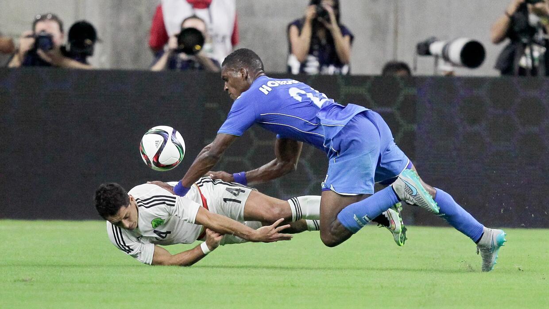 El momento exacto de la lesión del delantero mexicano.