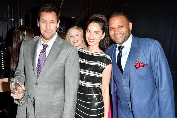 Adam Sandler posa con Olivia Munn y Anthony Anderson, pero lo mejor es e...