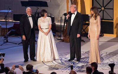 Donald Trump habla durante la cena de gala de donantes de campaña a hora...