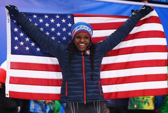 Aja Evans del equipo de Estados Unidos celebra después de ganar la medal...