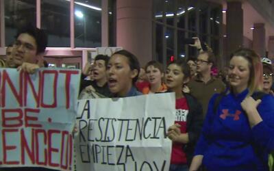 Decenas de personas se manifestaron frente a la alcaldía de Houston en o...