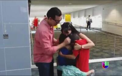 Niños hondureños se reúnen entre lágrimas con sus padres