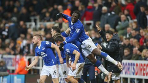 Everton festeja el gol de la victoria ante el Newcastle.