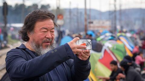 El artista chino Ai Weiwei se toma una selfie durante una presentaci&oac...