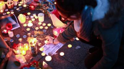 Con velas, los parisinos rinden tributo a las víctimas.