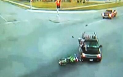 Motociclista se estrelló violentamente contra una camioneta