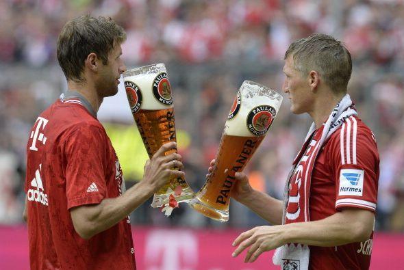 Y un gran brindis entre el goleador Muller y Schweinsteiger .