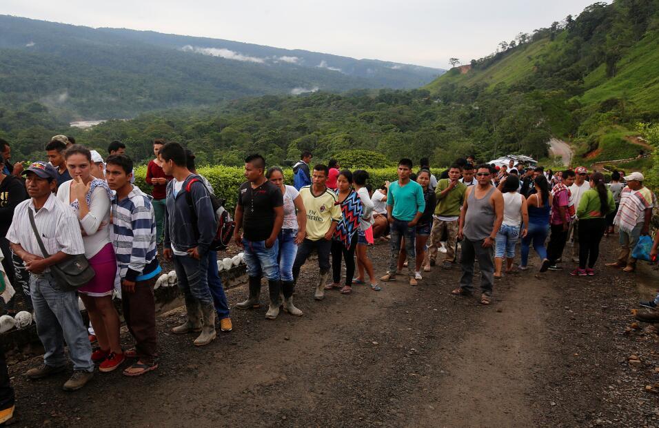 Decenas de personas esperan en fila para reconocer los cuerpos de famili...
