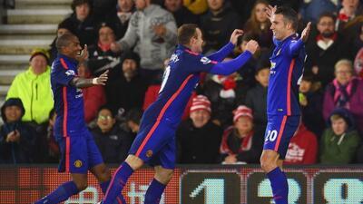 El holandés Van Persie marcó el doblete con el que el United sacó tres v...