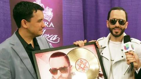 Rodner Figueroa le hizo entrega de un disco de oro a Yandel