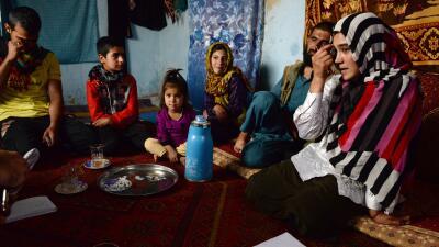 A la derecha, Aziza Rahimzada y familia en su residencia en Kabul.