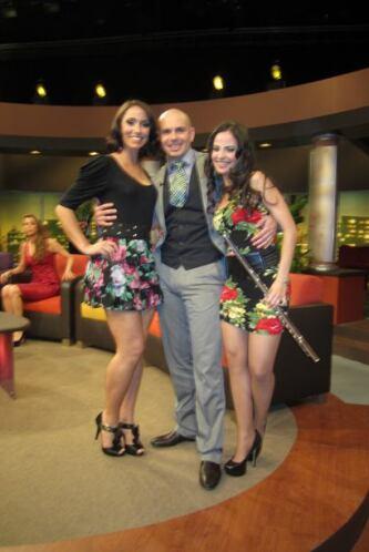 Pitbull siempre rodeados de lindas chicas.