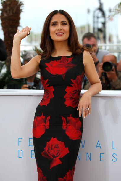 Salma lució un bello vestido negro y rojo floreado.