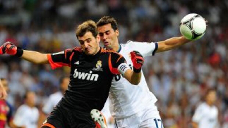 Arbeloa saludó a sus compañeros menos a Casillas, previo al juego de la...