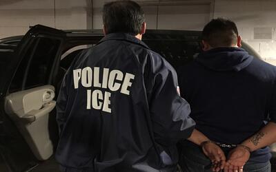 Un hombre es detenido por oficiales de ICE
