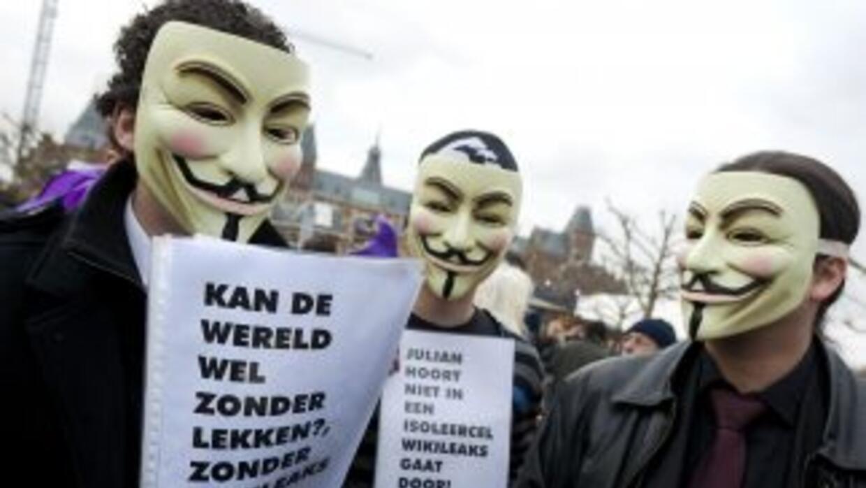 """Manifestantes postando máscaras se solidarizaron con """"el anónimo"""", símbo..."""