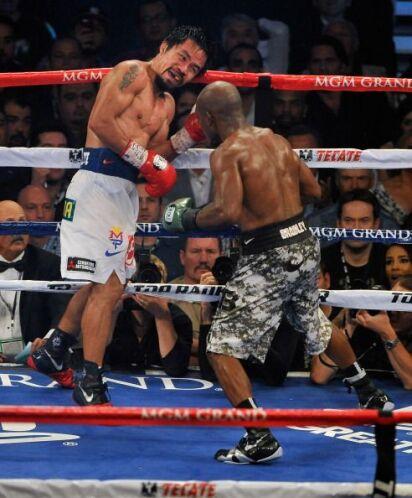 En el primer tercio de pelea Bradley fue un poco más agresivo.