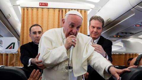 El papa Francisco conversa con periodistas en el avión de regreso al Vat...