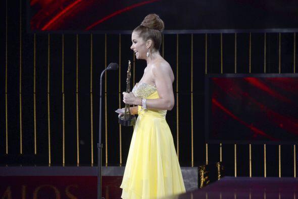Lucero recibió un premio por su trayectoria artística.