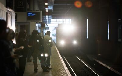 Pasajeros esperan por un tren en la estación de Secaucus Junction...