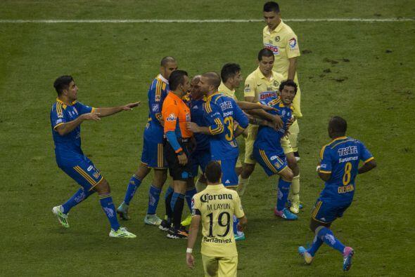Tras el segundo gol azulcrema, Damián Álvarez perdió la cabeza, e intent...