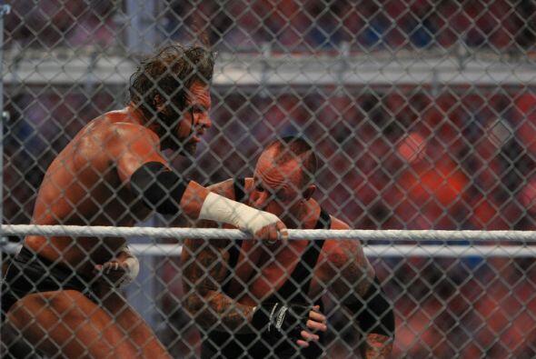 Invicto en 20 peleas entre rejas, el Undertaker comenzó imponiend...