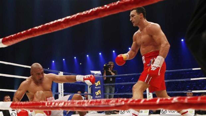 Alex Lepai cae a la lona noqueado por Wladimir Klitschko.