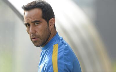 Claudio Bravo podría perderse el partido ante el Atlético de Madrid.