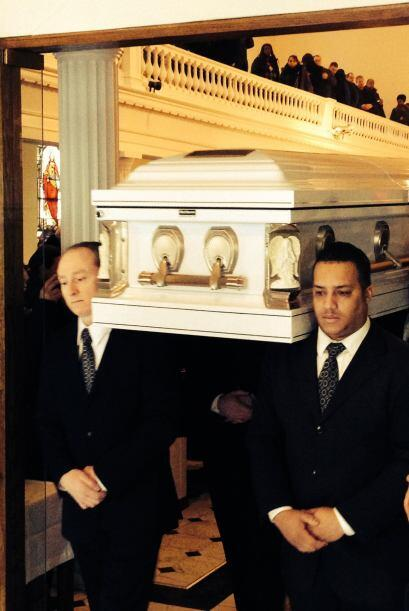 Antes de la misa, los familiares y amigos se reunieron en la funeraria G...