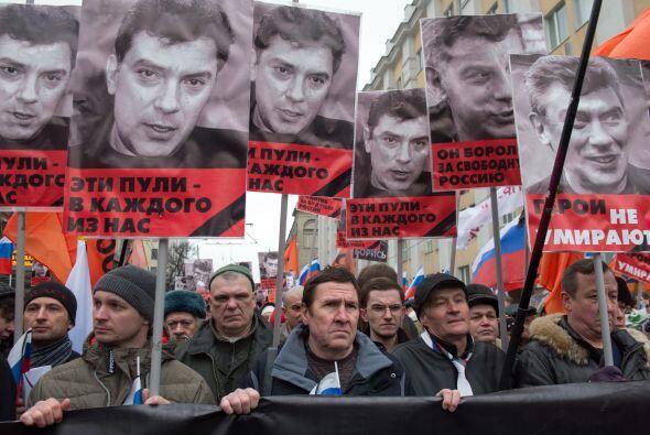 Miles de personas se han concentrado para homenajearlo en Ekaterinburgo,...