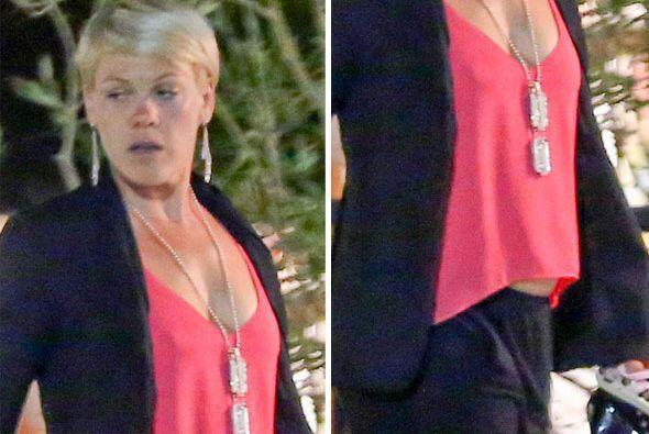Encontramos a Pink caminando con su marido Carey Hart, junto a su pequeñ...