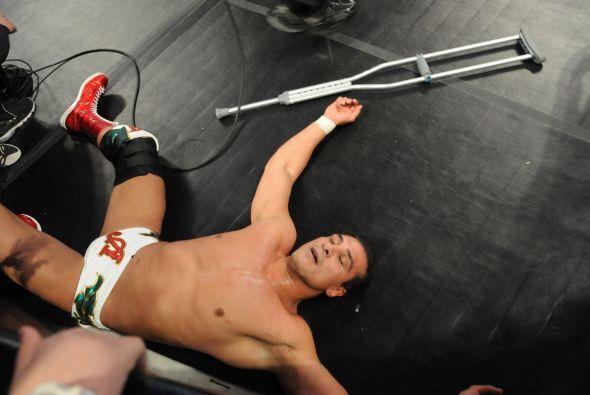 Alberto Del Río estuvo un buen rato tendido fuera del ring y parecía que...