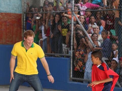 El príncipe Harry está de visita en Brasil y jugó c...