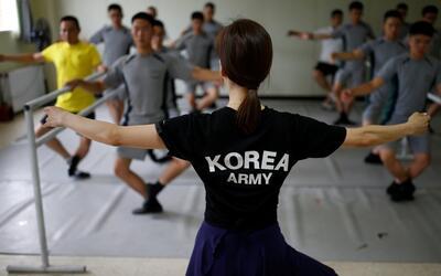 Soldados surcoreanos combaten el estrés con ballet