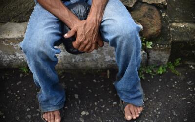 Un migrante centroamericano descansa en territorio de Chiapas, para segu...