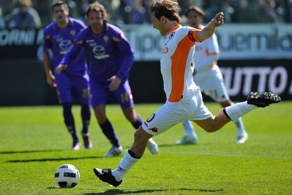 Pero Francesco Totti igualó el marcador al convertir un penalti.