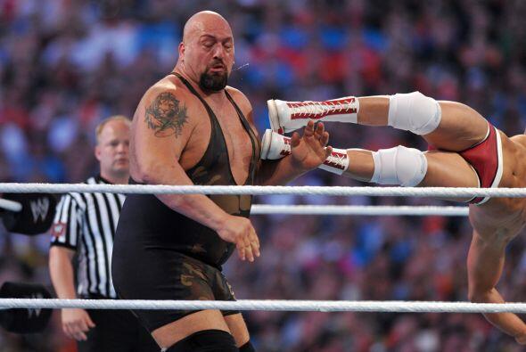 Los golpes de Cody Rhodes apenas hicieron mella en Big Show.