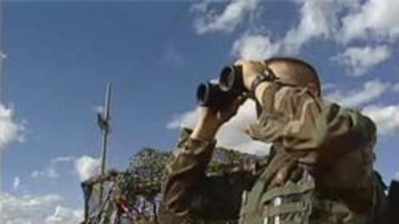 Soldado de la guardia nacional vigilando la frontera