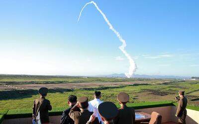 En una nueva prueba, Corea del Norte lanza un misil de mediano alcance y...