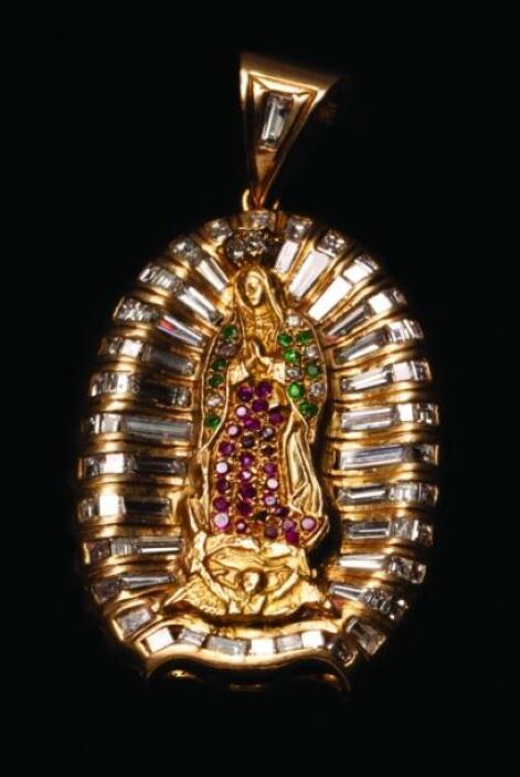 Entre la joyería se encuentra esta medalla con figura de la Vírgen de Gu...